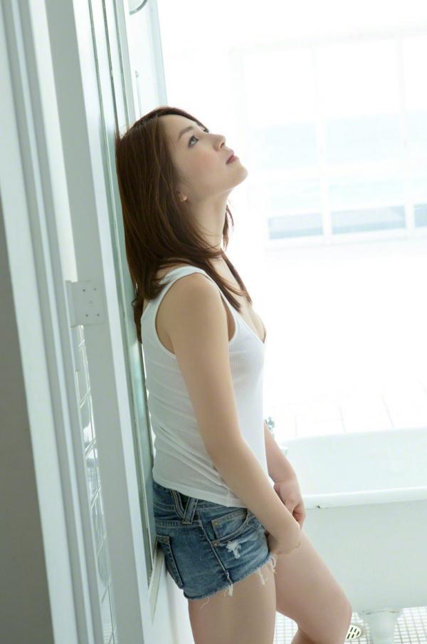 吉川友 色白巨乳が眩しいセクシー水着画像90枚の049番