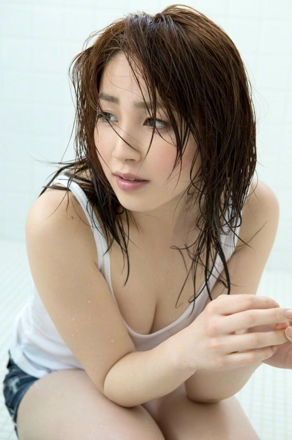 吉川友 色白巨乳が眩しいセクシー水着画像90枚の055番
