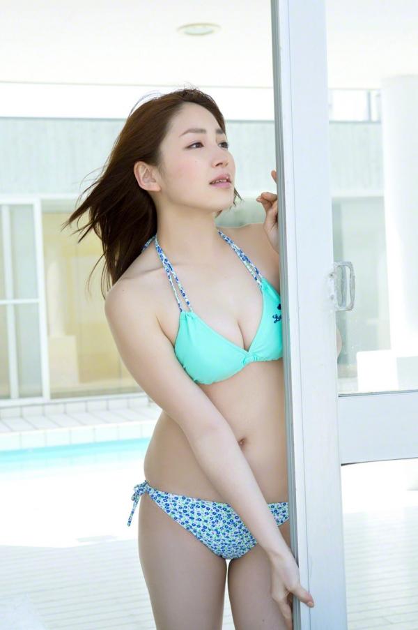 吉川友 色白巨乳が眩しいセクシー水着画像90枚の2