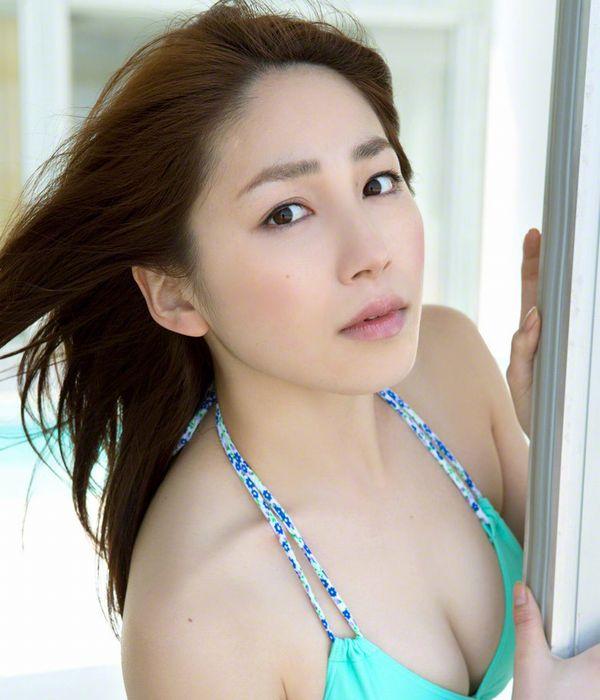 吉川友 色白巨乳が眩しいセクシー水着画像90枚の1