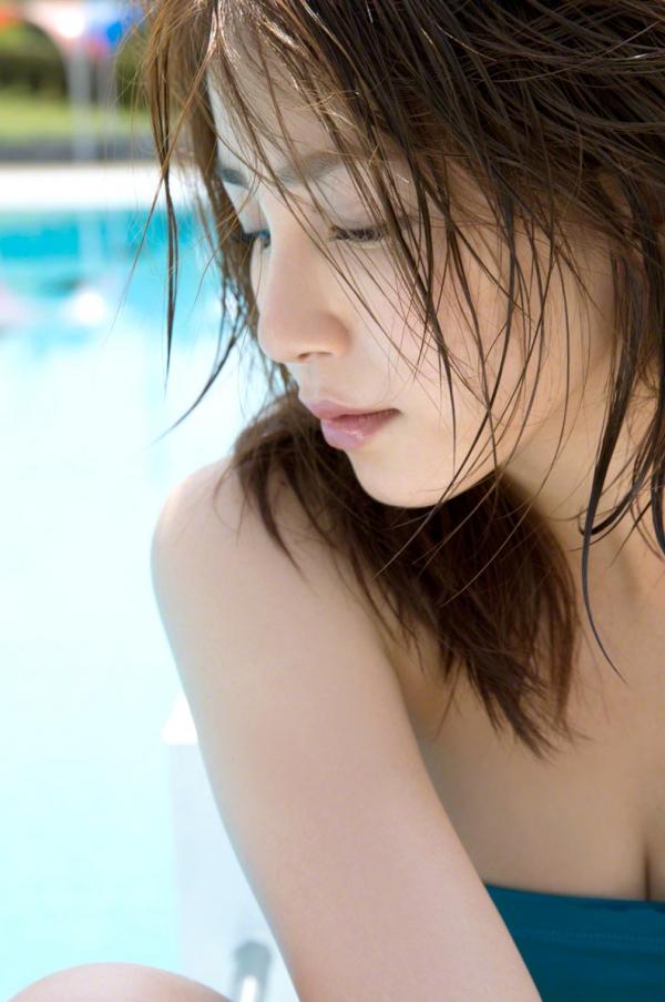 吉川友 色白巨乳が眩しいセクシー水着画像90枚の079番
