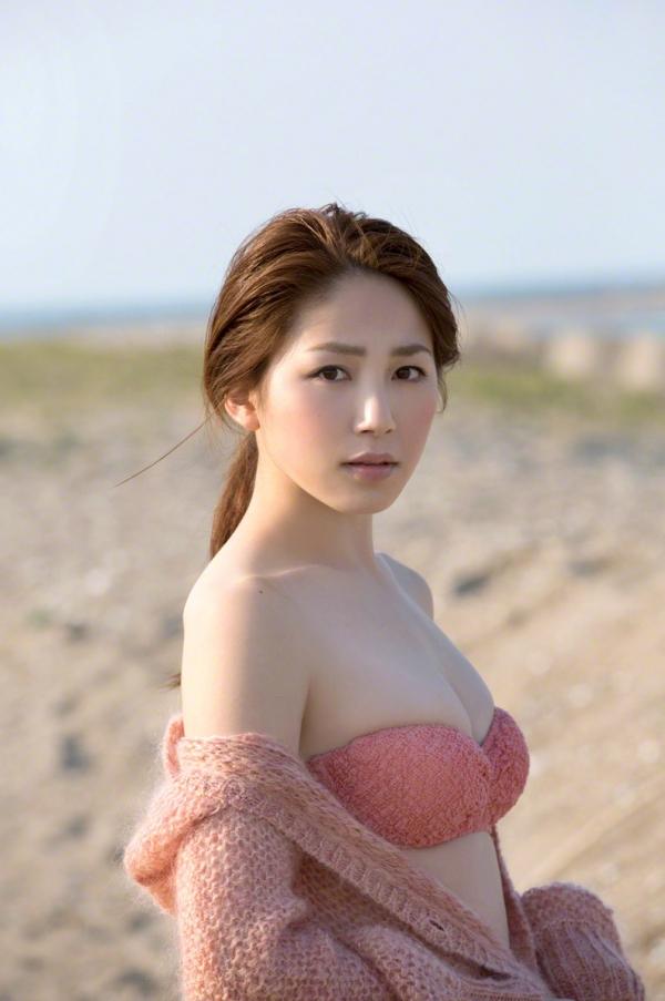 吉川友 色白巨乳が眩しいセクシー水着画像90枚の086番