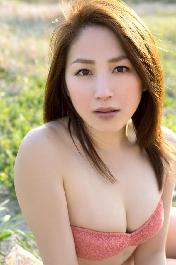吉川友 色白巨乳が眩しいセクシー水着画像90枚の092番