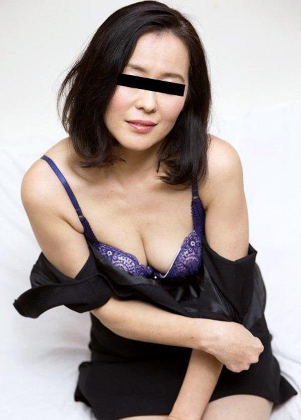黒目線が入った熟女画像 顔出しNGのうさん臭い淫乱奥様60枚の54枚目