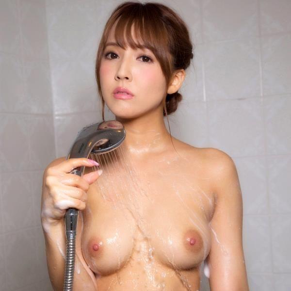 三上悠亜がエッチの前後に体を洗ってる入浴画像32枚の1