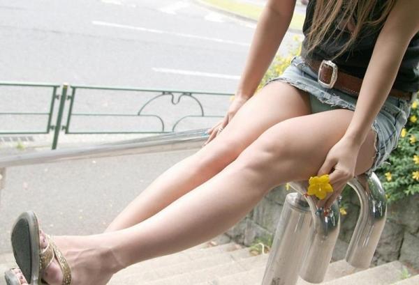 ミニスカートのエロ画像 脚もパンツも見せたがりな女90枚の056枚目