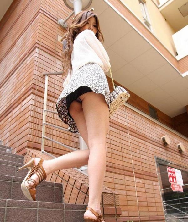 ミニスカートのエロ画像 脚もパンツも見せたがりな女90枚の073枚目