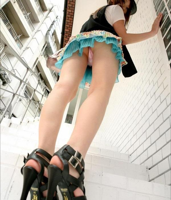ミニスカートのエロ画像 脚もパンツも見せたがりな女90枚の075枚目