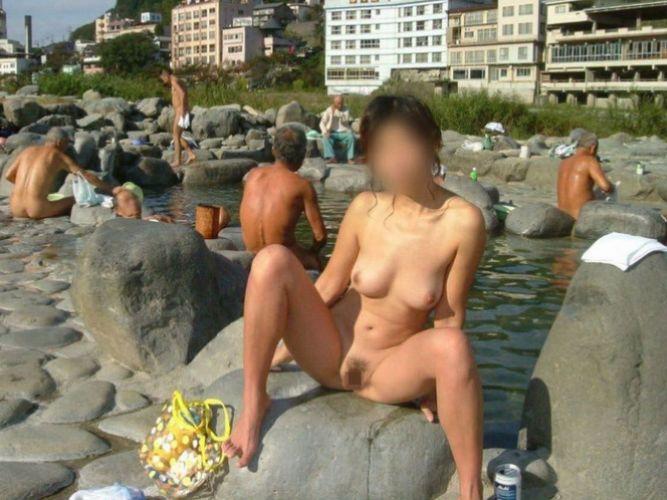 素人熟女が混浴の温泉に入ってるヌード画像100枚