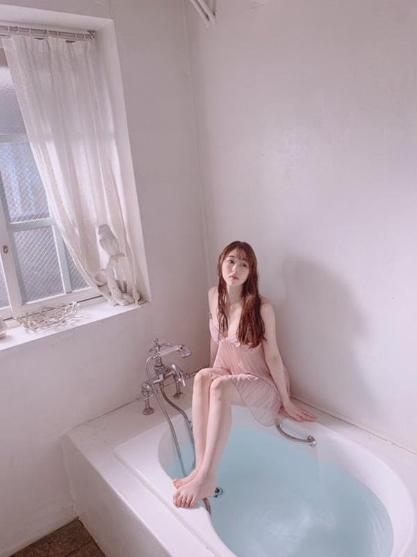 新名あみん 小顔でスレンダーな純白巨乳の美少女エロ画像47枚のa02枚目