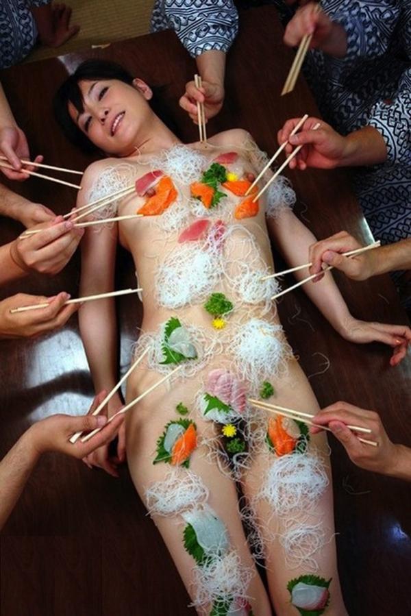 女体盛り画像 新鮮な海の幸を裸体とともに頂く変態の宴30枚の2