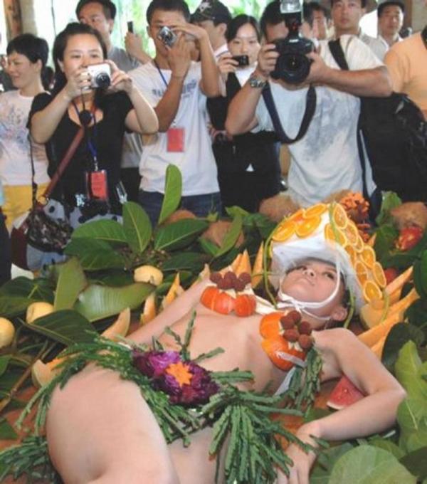 女体盛り画像 新鮮な海の幸を裸体とともに頂く変態の宴30枚の027枚目