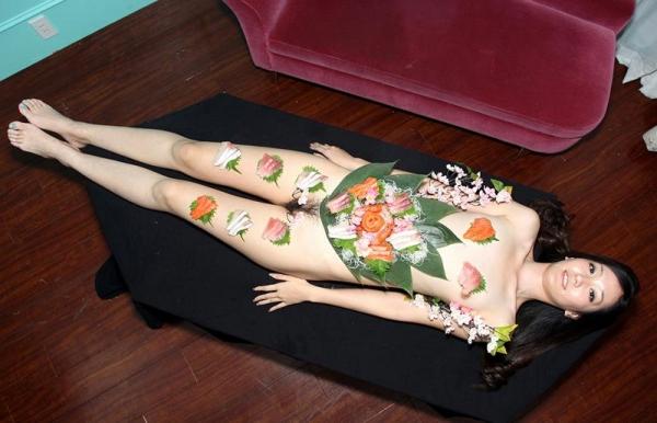 女体盛りエロ画像 ピンクコンパニオンと楽しむグルメなお座敷遊び!28枚のa001枚目