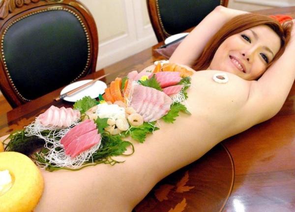 女体盛りエロ画像 ピンクコンパニオンと楽しむグルメなお座敷遊び!28枚の1