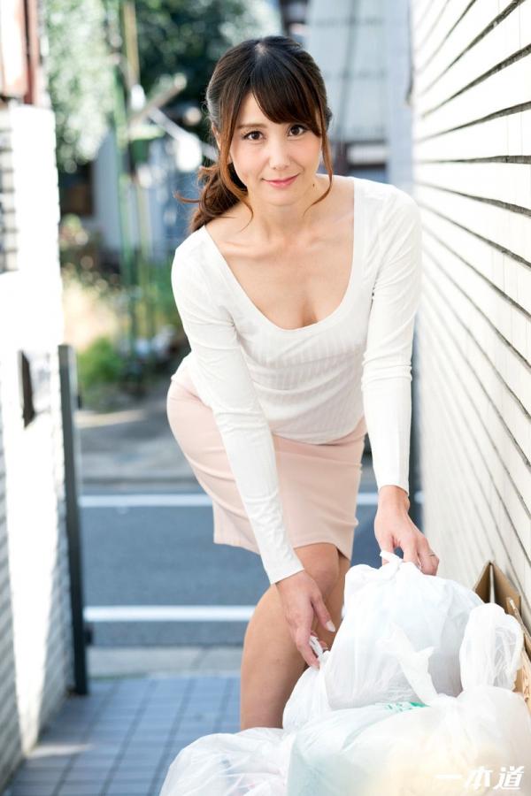 美熟女 奥村沙織 朝ゴミ出しする近所の遊び好きノーブラ奥さん画像41枚の003枚目