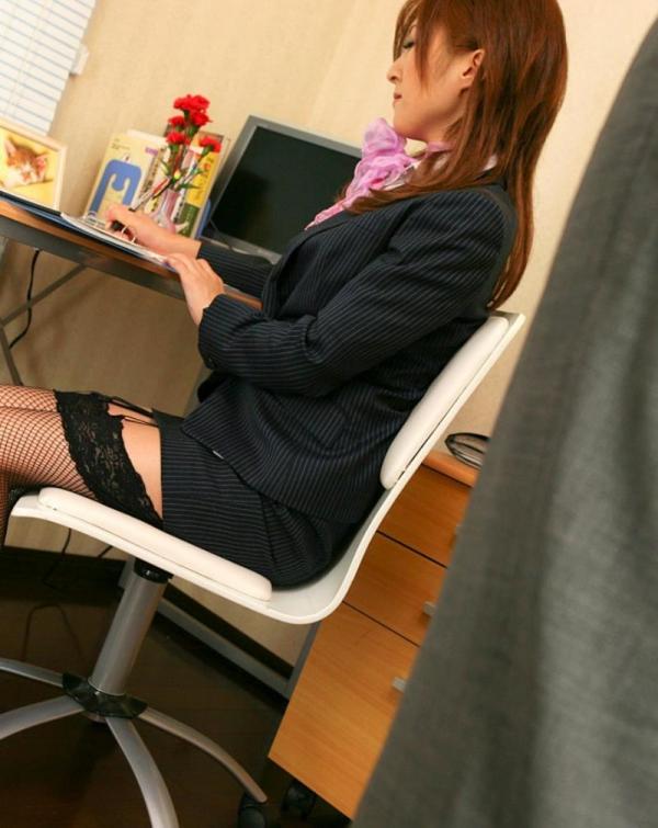オフィスでセックスしてる制服OLのエロ画像63枚の14枚目
