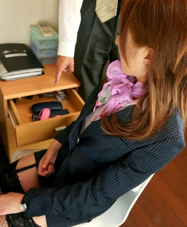 オフィスでセックスしてる制服OLのエロ画像63枚の16枚目