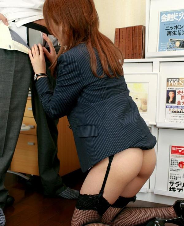 オフィスでセックスしてる制服OLのエロ画像63枚の2