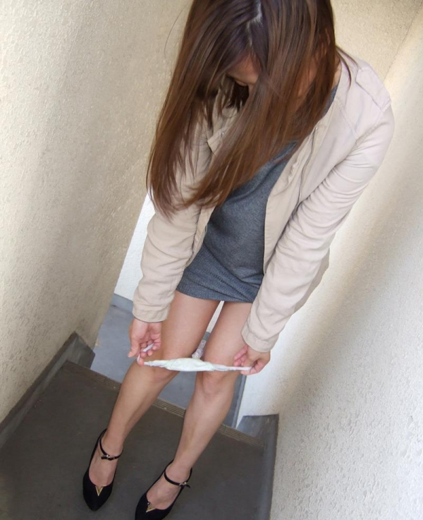パンティ生脱ぎしてカメラにシミパン見せてるエロ娘の画像40枚の003枚目