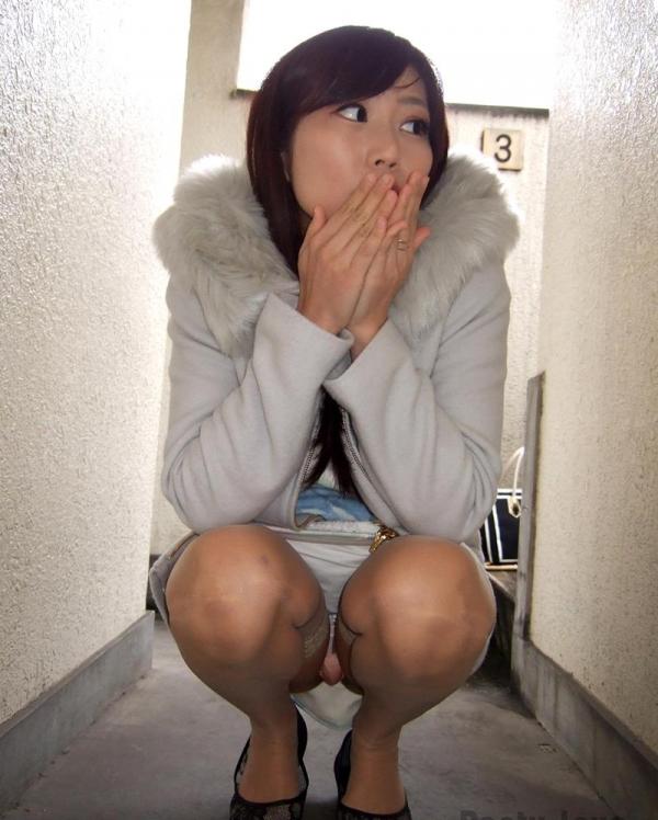 パンティ生脱ぎしてカメラにシミパン見せてるエロ娘の画像40枚の026枚目