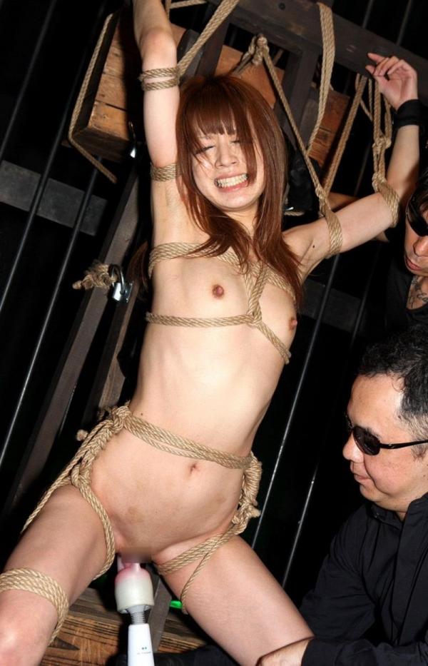 凌辱画像 拘束され複数の男達に辱められる女40枚の39枚目