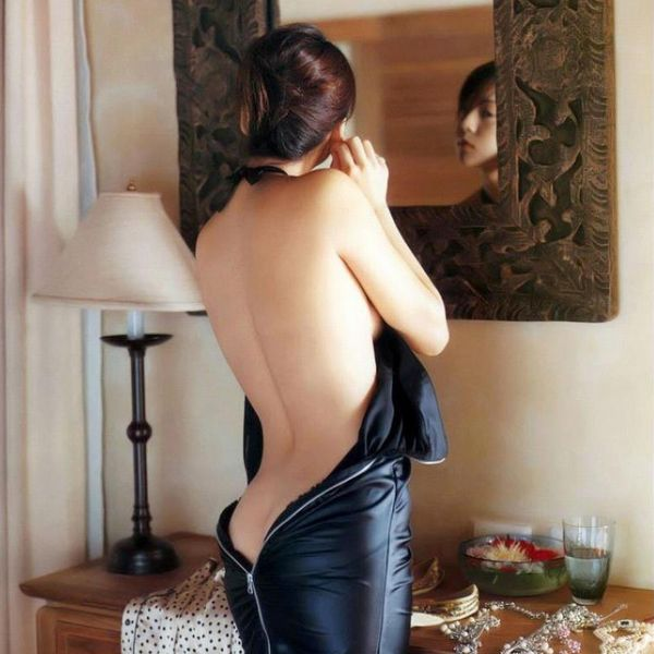背中のエロ画像 艶やかで色っぽい背筋の後ろ美人50枚の1