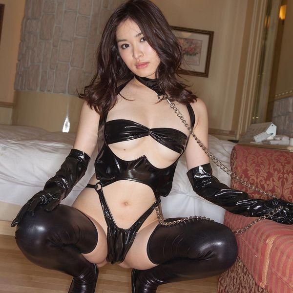 篠田りょう 美尻に食い込むボンテージ画像 1
