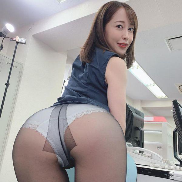 篠田ゆう FANZAでAV女優ランキング常連の巨乳美女エロ画像53枚の1