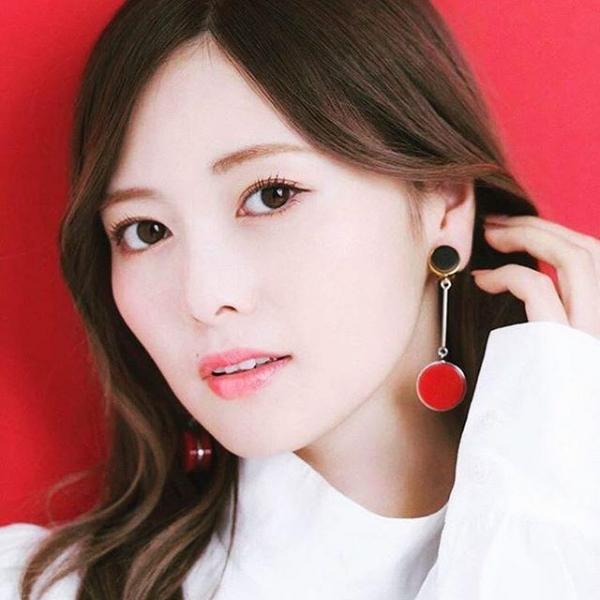 8月20日は白石麻衣さん27歳のお誕生日ですエロ画像34枚のa01枚目