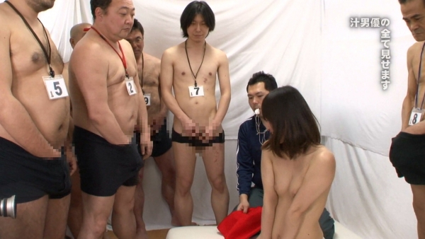 AV女優に集団で群がるギラついた汁男優のエロ画像40枚の01枚目