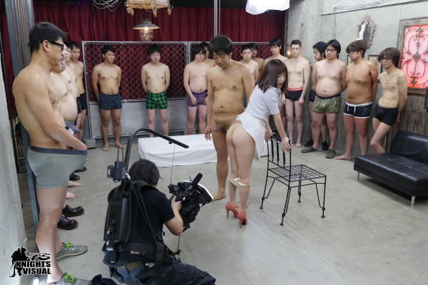 AV女優に集団で群がるギラついた汁男優のエロ画像40枚の03枚目