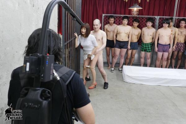 AV女優に集団で群がるギラついた汁男優のエロ画像40枚の05枚目