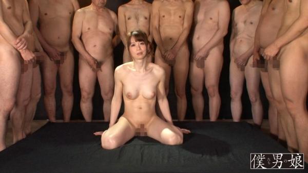 AV女優に集団で群がるギラついた汁男優のエロ画像40枚の25枚目
