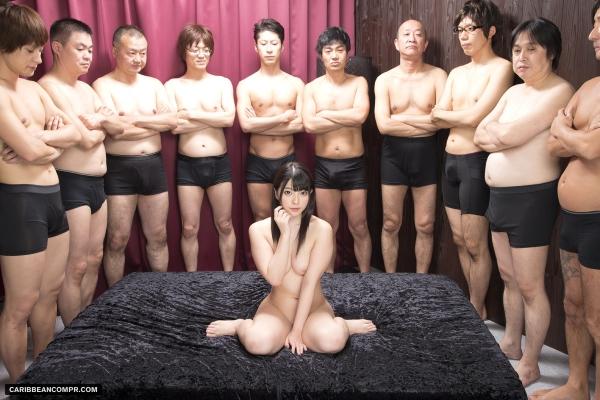 AV女優に集団で群がるギラついた汁男優のエロ画像40枚の26枚目