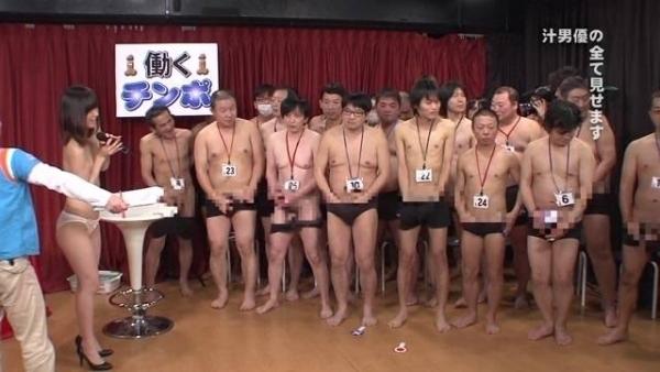 AV女優に集団で群がるギラついた汁男優のエロ画像40枚の27枚目