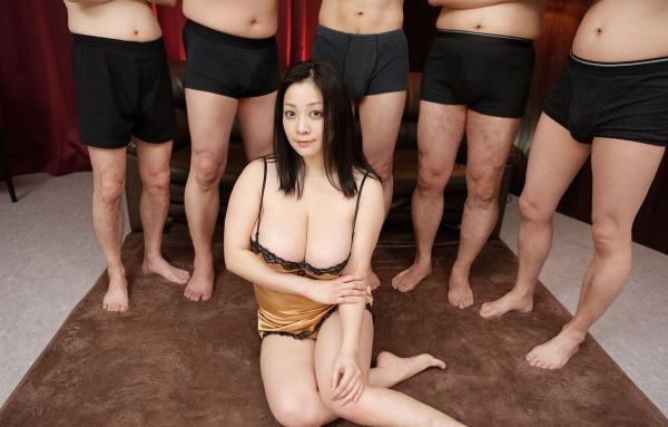 AV女優に集団で群がるギラついた汁男優のエロ画像40枚の33枚目