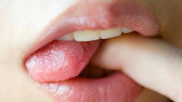 舌出しエロ画像 悩ましげにベロを出すエッチな女75枚の037枚目