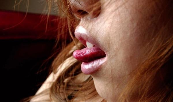 舌出しエロ画像 悩ましげにベロを出すエッチな女75枚の059枚目