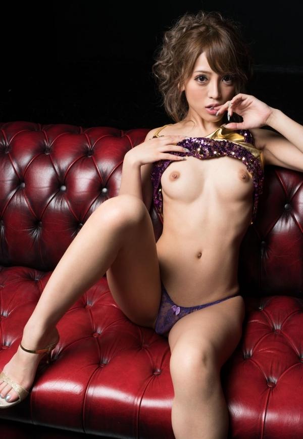 極上ボディと言われるスレンダー巨乳なAV女優のヌード画像80枚の075枚目
