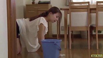 【美人hitozuma動画】寝たきりの夫をほっておいてこっそり介護士さんと不倫セックスしてしまう欲求不満な妻w
