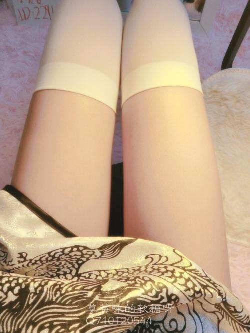 紺セーラーのJS小学生が足癖の悪い下品な下半身を盗撮した画像