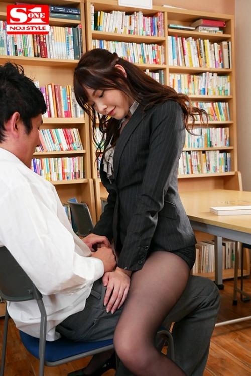 新任なのに常にパンスト挑発してくる小悪魔な美脚女教師 橋本ありな 105