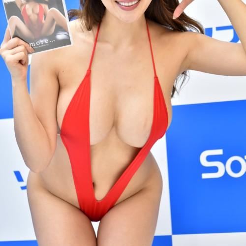 森咲智美 巨乳が全部はみ出してるハイレグV字変態水着でソフマップ【どう見ても痴女】
