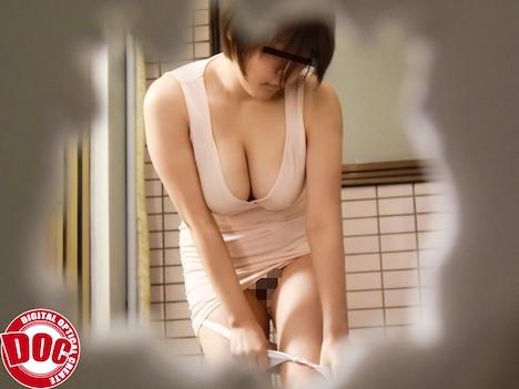 無防備に薄着で洗濯物を干す隣の巨乳妻に見入っていると手招きされ… 西園さくや