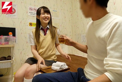 【新作】都内制服オナクラで見つけた!北海道産の美白美肌のウブ少女!手コキの天才!天使すぎるあやかちゃん18才がAV出演してくれました! 依頼ナンパVol 17 御坂りあ 3