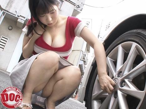 停車中の助手席で暇を持て余してそうな巨乳美女を発見!!彼女の胸元から今にもハミ出しそうなおっぱいを覗き見していると抑えられず… 真白ここ