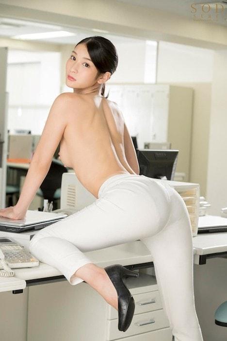 本庄鈴 誰もが振り返る長身パンツスーツOLと禁断の社内性交