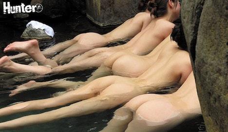 露天風呂でリラックスして浮いている若妻たちの集団桃尻に興奮していたら…!?ボクしかいない貸し切り状態の温泉に、突然入ってきたのは若妻の集団!?それだけでもビックリなのに、その後とんでもない光景が!リラックスした若妻たちは桃尻をお湯に浮かせて温泉を堪能!