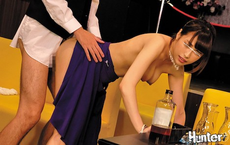 本番行為NG!のおっパブ嬢は超欲求不満!おっパブのボーイ(性欲絶倫なら即採用!)は閉店後の店内でハメまくりで大忙し!おっパブ嬢は日々おっぱいを揉まれまくっているのに本番禁止なので中途半端にマ○コが濡れて全員欲求不満!だから閉店後にボーイのボクのチ○ポに… 日向うみ