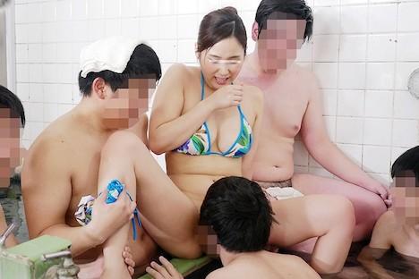 一般男女モニタリングAV 巨乳人妻さん 15年ぶりのビキニ姿で男湯に入って体育会系(アスリート)男子学生と初めての密着泡洗体してみませんか?「おばさんなんかで興奮してくれてるの…?」下乳がハミでるほどの大きなおっぱいで筋肉ムキムキ若ち○ぽはフル勃起!たまらず… 瀬戸すみれ